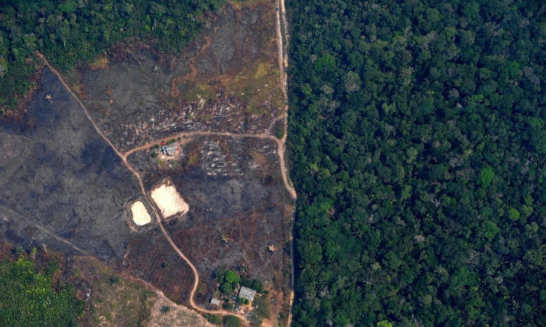 Foto aérea de região acima de Porto Velho, no estado de Rondônia, mostra devastação na Amazônia Foto: CARL DE SOUZA / AFP 23-8-2019