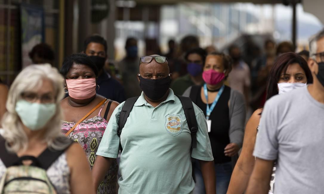 Aglomeração de pessoas, muitas com máscaras, nas ruas da cidade do Rio Foto: Leo Martins / Agência O Globo