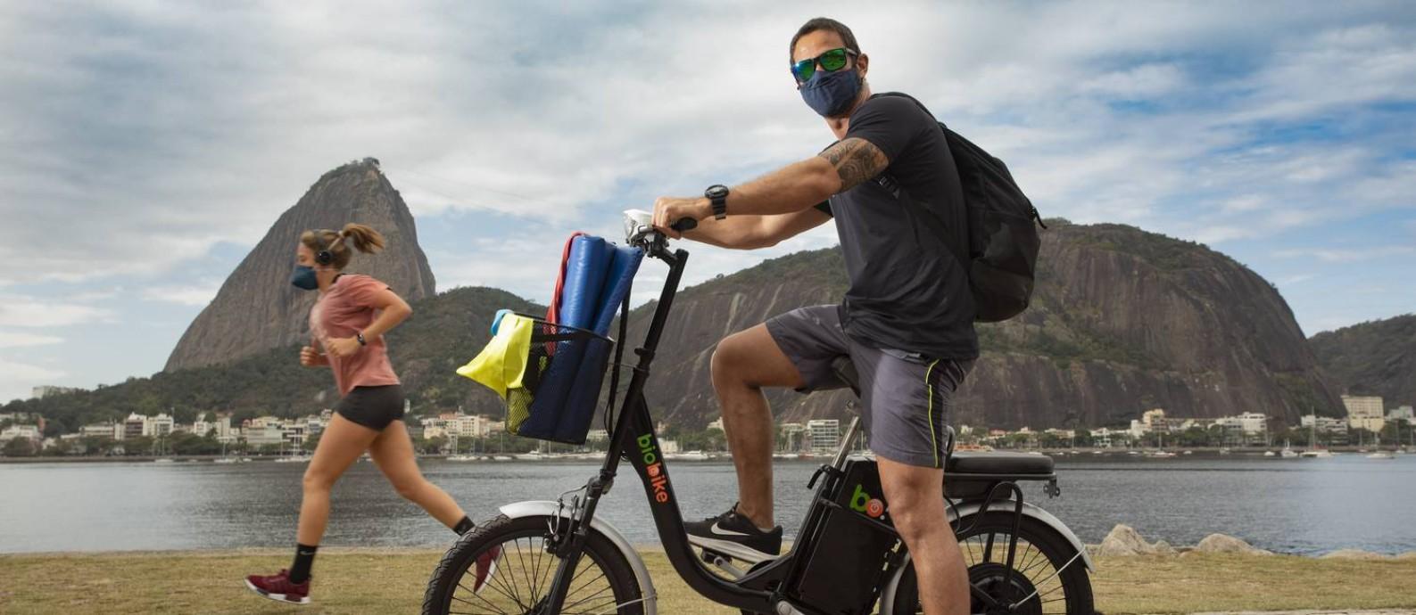 O personal Salvio de Souza Junior com sua nova bicicleta elétrica: por causa do novo coronavírus, ele trocou o metrô pela bike para poder se deslocar de forma segura na Zona Sul Foto: Ana Branco / Agência O Globo