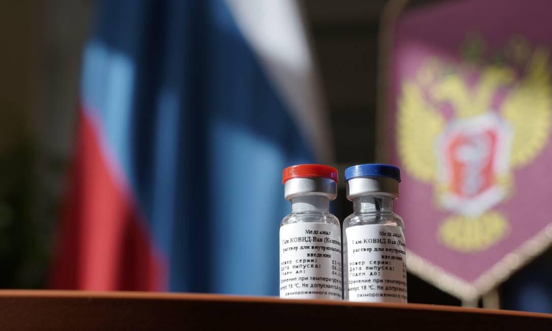Frascos de vacina contra Covid-19 em testes na Rússia: anúncio foi recebido com cautela e desconfiança pela comunidade científica. Foto: DMITRY KURAKIN / AFP