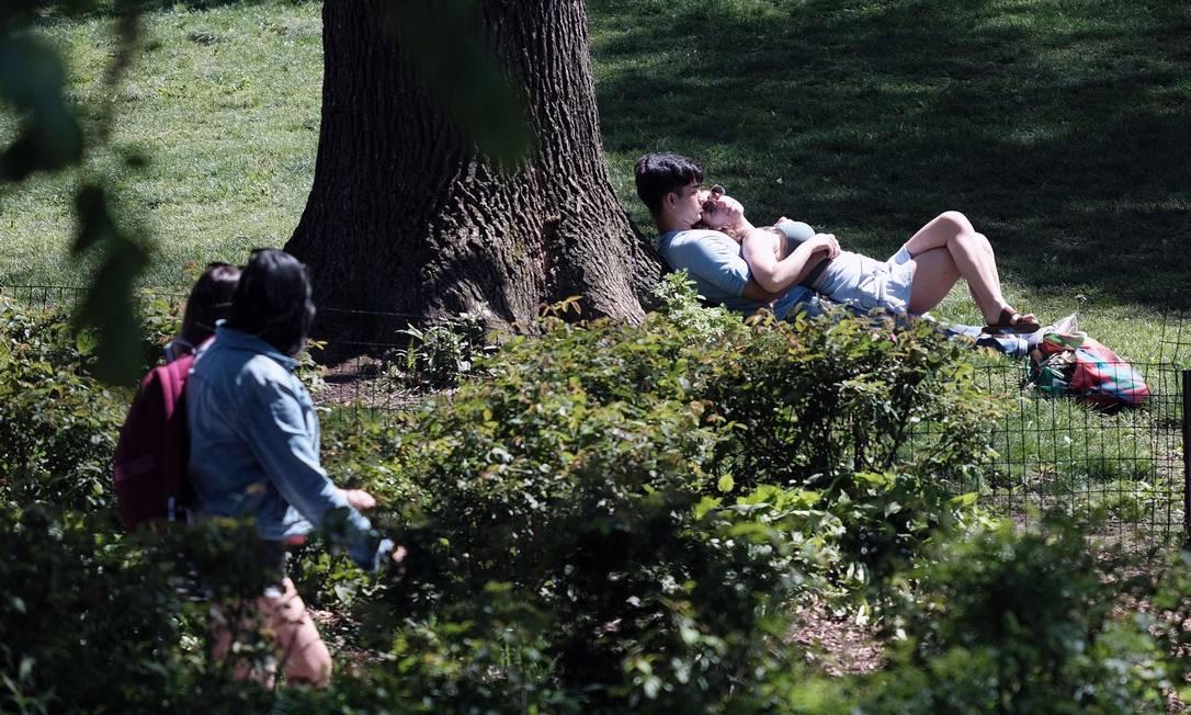 Moradores de Nova York passeiam no Central Park sem máscara Foto: SPENCER PLATT / AFP
