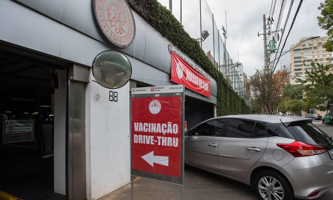 Fila em drive-thru de vacinação em São Paulo. Foto: Edilson Dantas / Agência O Globo