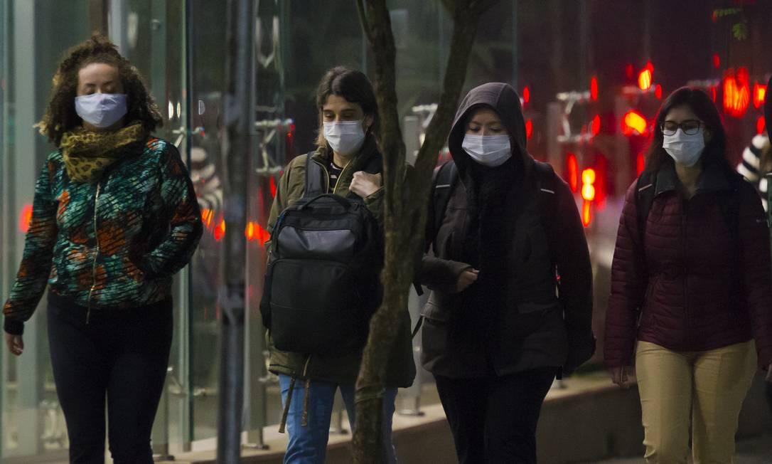 Pedestres usam máscara em São Paulo (30-6-21). Foto: Edilson Dantas / Agência O Globo