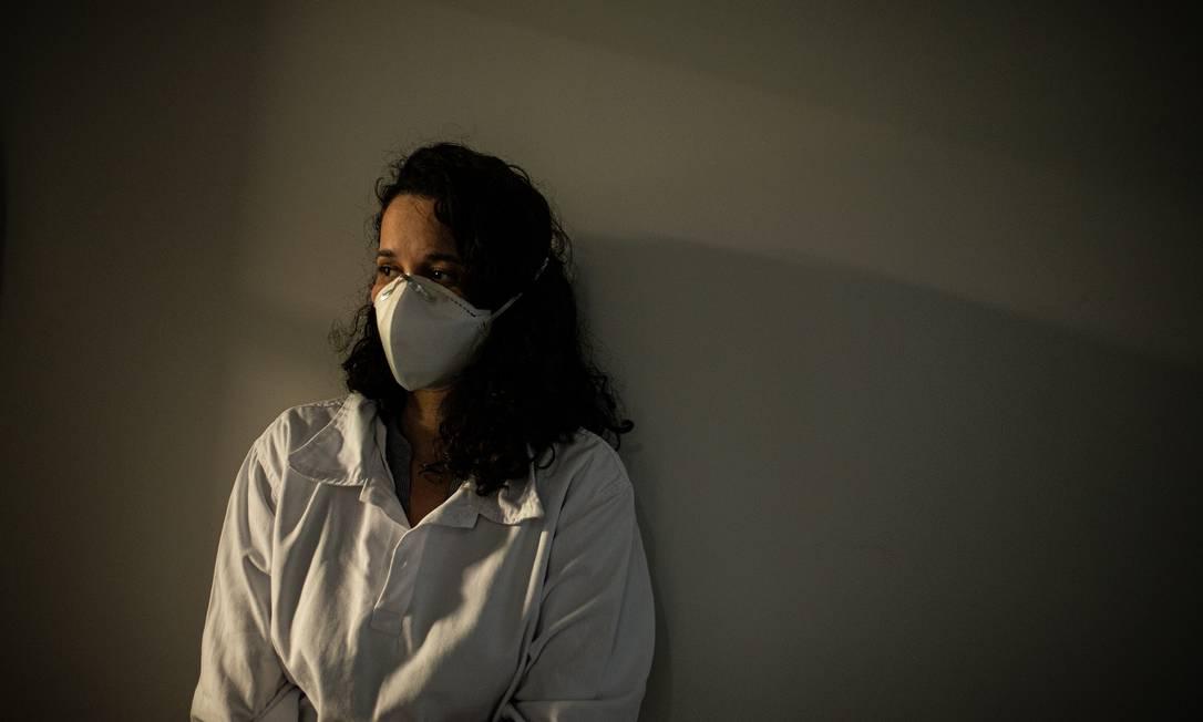 Sem bolsa para o pós-doutorado na Uerj, a pesquisadora Patrícia Piacsek, doutora pela UFF, tenta sair do país Foto: Hermes de Paula / Agência O Globo