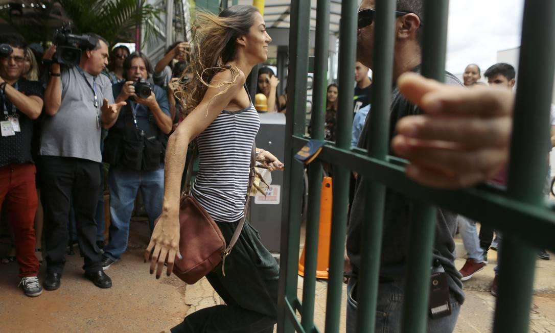 Candidata entra no local de prova nos últimos minutos, na Uniceub, em Brasília Foto: Jorge William / Agência O Globo