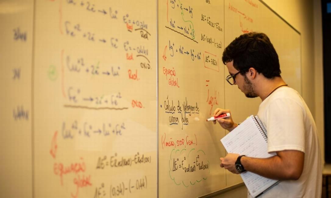 Estequiometria e soluções são conteúdos citados por professor de Química Foto: Brenno Carvalho / O Globo
