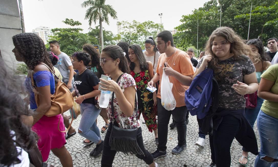 Estudantes se apressam para entrar na Uerj, um dos locais de prova do Enem 2019 no Rio de Janeiro Foto: Ana Branco / Agência O Globo