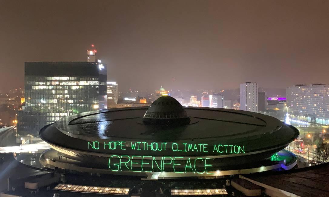 """Ativistas do Greenpeace projetam as palavras """"Não há esperança sem ações climáticas"""", no local onde acontece a COP-24, na Polônia: Brasil está no centro dos debates Foto: JANIS LAIZANS / REUTERS"""