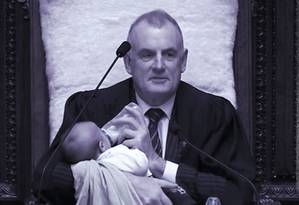 Presidente do Parlamento neozelandês, Trevor Mallard embalou e deu mamadeira a um bebê enquanto conduzia a sessão de debates do dia Foto: Reprodução do Twitter