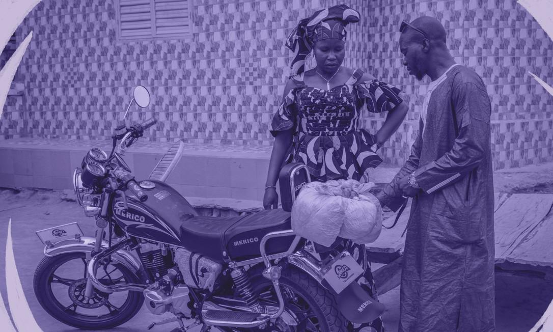 Ida Traoré recebe comida de seu marido, Abdoulaye Diarsso, que a visitou pela primeira vez em 13 anos, na aldeia de Magali, Senegal, em 10 de junho de 2019 Foto: LAURA BOUSHNAK/NYT