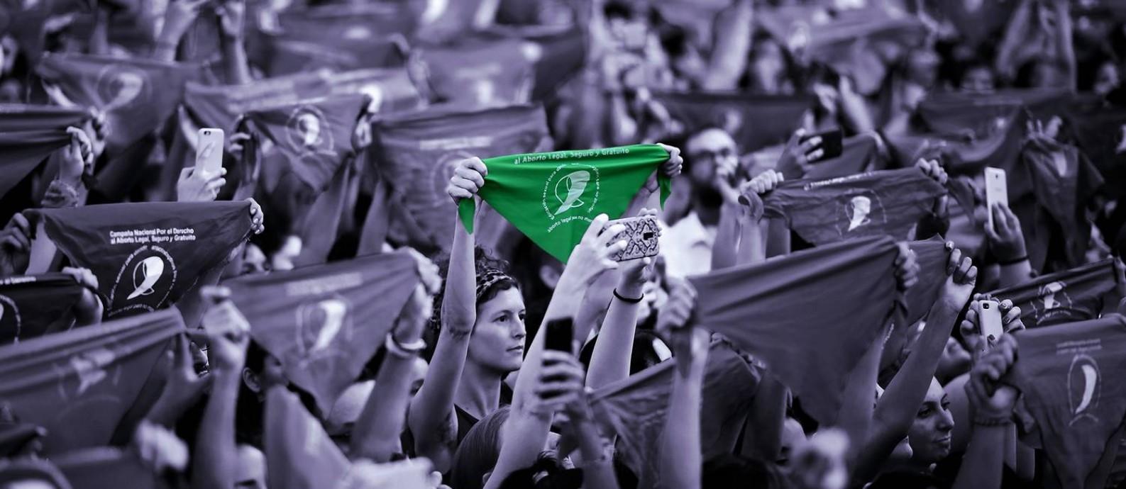 Mulheres ocupam as ruas com os tradicionais 'panuelos' verdes em mãos, que se tornaram símbolo da luta pela legalização do aborto na Argentina Foto: AFP