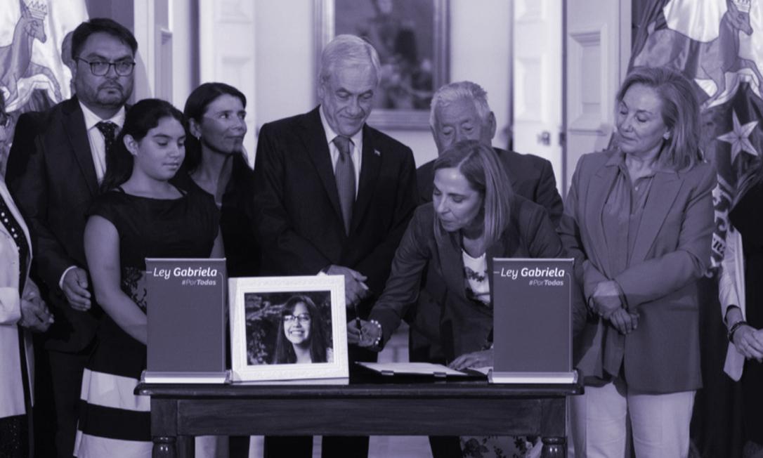 O presidente do Chile Sebastián Piñera sanciona a Lei Gabriela ao lado da esposa, Cecilia Morel, e da ministra das Mulheres, Isabel Plá Foto: Reprodução/Twitter