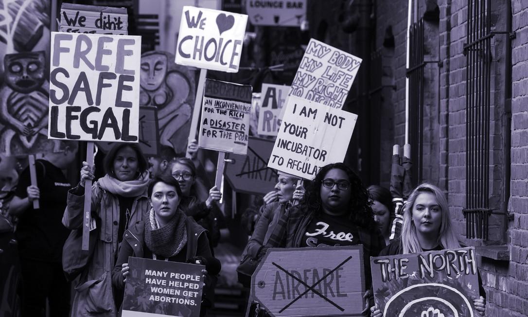 Mulheres protestam pelo direito ao aborto legal em Belfast, na Irlanda do Norte, em novembro de 2019. Procedimento foi legalizado em 31 de março Foto: Mary Turner/The New York Times