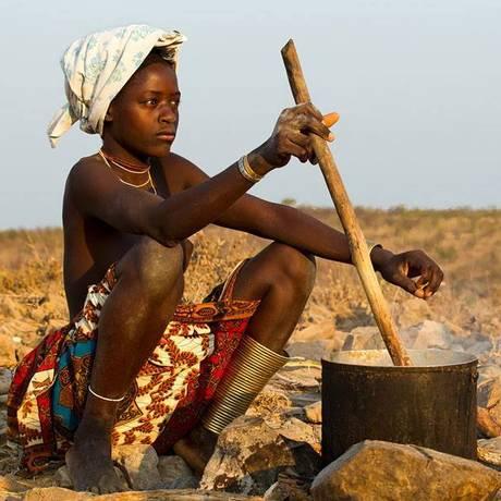 Jovem em tribo na Vila do Dondo, a 180 quilômetros de Luanda, em Angola Foto: Divulgação