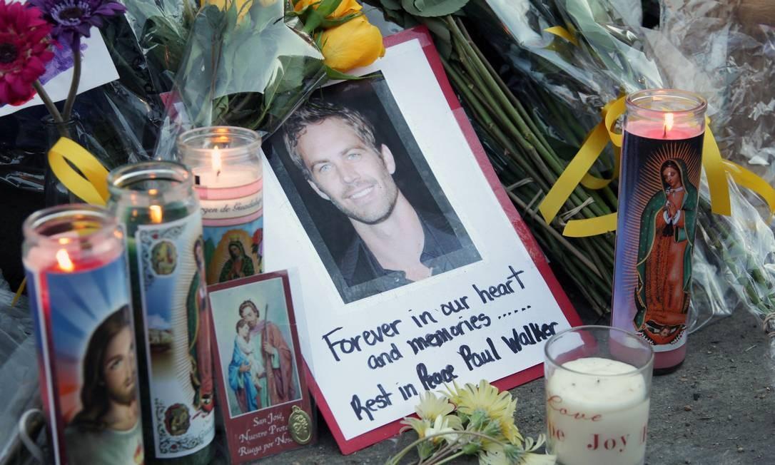 Fãs prestam homenagem a Paul Walker no local do acidente de carro que matou o ator Foto: DAVID BUCHAN / AFP