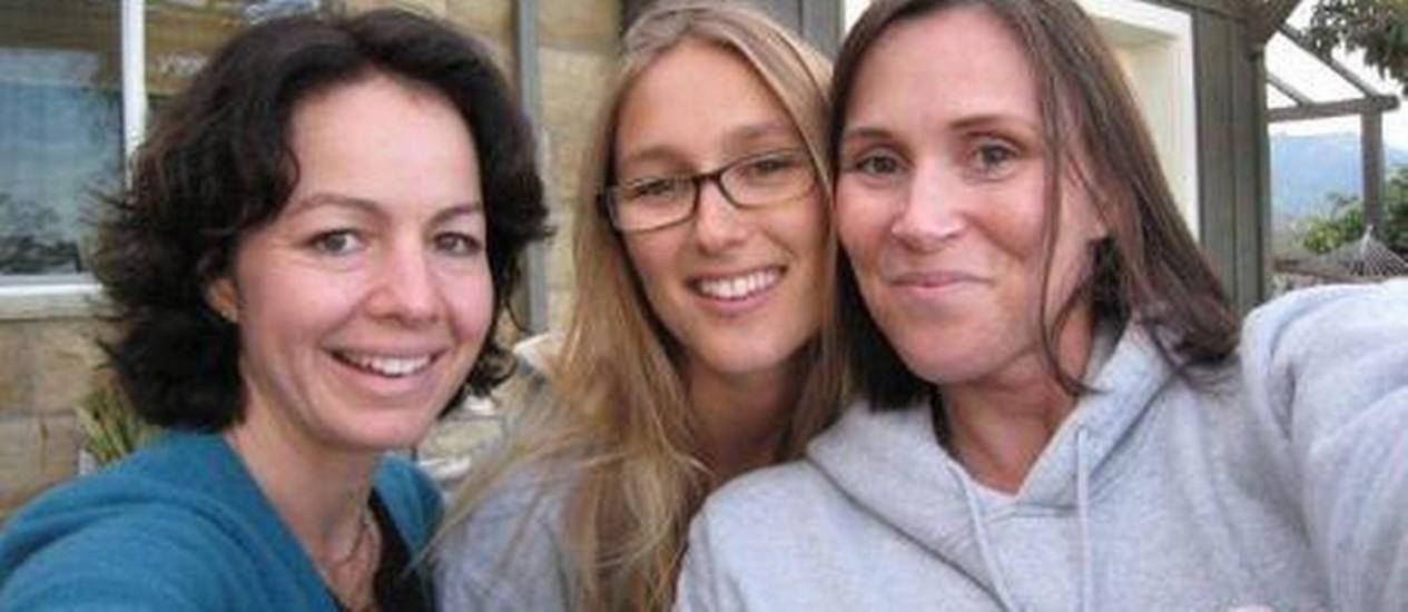 A namorada de Paul Walker, Jasmine Pilchard-Gosnell (centro), em foto postada no Facebook em julho de 2012 Foto: Reprodução / Facebook