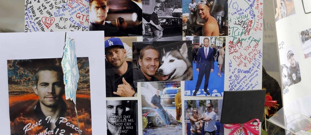 Fotos e mensagens deixados por fãs de Paul Walker no local do acidente que matou o ator Foto: Nick Ut / AP