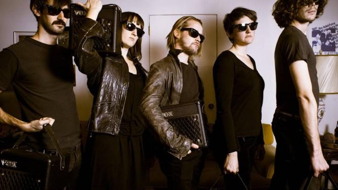 A banda Pizza Underground, liderada pelo ator Macaulay Culkin (centro) Foto: Divulgação