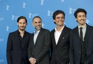 O ator Clemens Schick, o diretor Karim Aïnouz e os atores Wagner Moura e Jesuita Barbosa no Festival de Berlim Foto: Axel Schmidt / AP