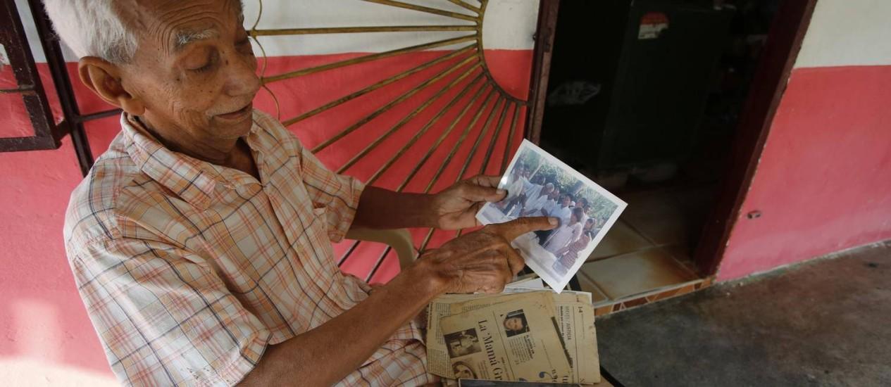 Nicolás Ricardo Arias mostra foto do primo, o autor colombiano Gabriel García Márquez, em sua casa em Aracataca Foto: JOHN VIZCAINO / REUTERS