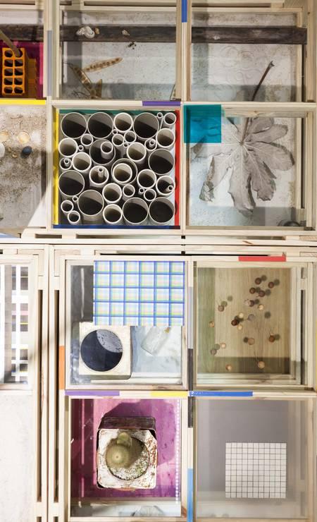 'Natureza espiritual da realidade' (2014). Detalhe da mesa de nove metros de comprimento, que apresenta uma espécie de repertório do artista, como conchas, folhas de gelatina colorida, folhagens, insetos, grafismos. É a primeira obra no percurso da exposição na Casa Daros Foto: Divulgação