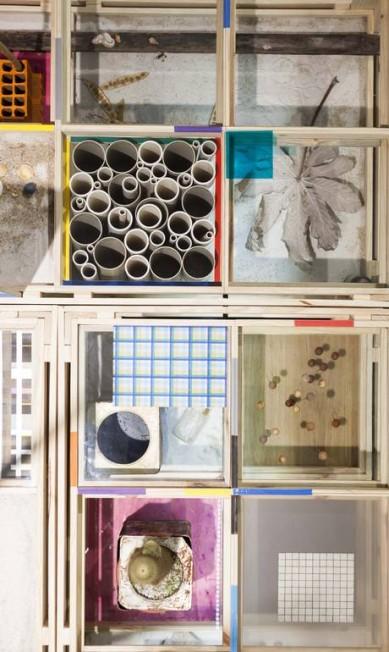 'Natureza espiritual da realidade' (2014). Detalhe da mesa de nove metros de comprimento, que apresenta uma espécie de repertório do artista, como conchas, folhas de gelatina colorida, folhagens, insetos, grafismos. É a primeira obra no percurso da exposição na Casa Daros Divulgação