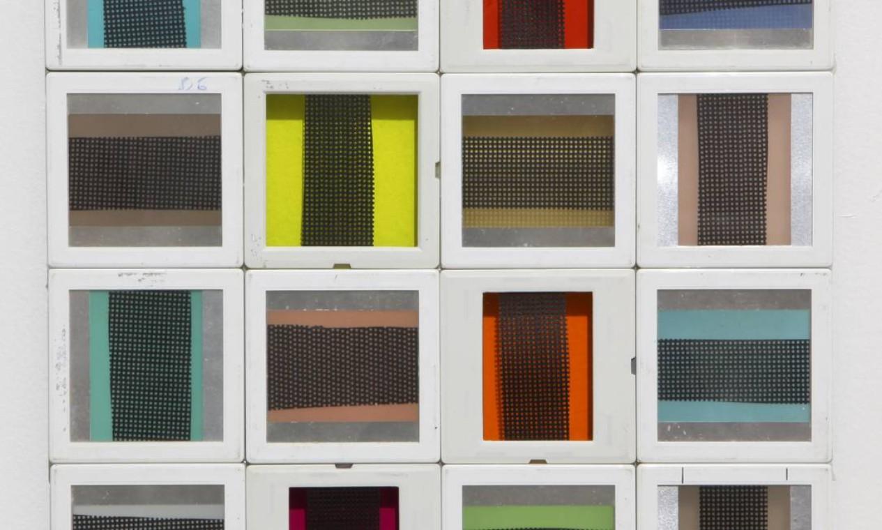 Obra sem título, de 2013, feita com molduras de slides e folhas de gelatina colorida Foto: Divulgação