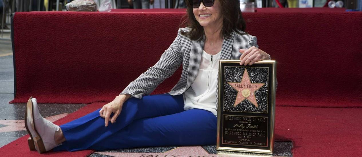 A Sally Field posa com sua estrela na Calçada da Fama Foto: MARIO ANZUONI / REUTERS