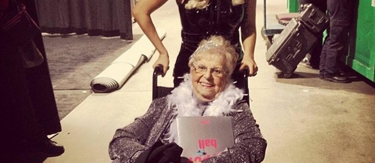 Lady Gaga com a fã Inez Whitfield, de 86 anos Foto: Reprodução / Instagram