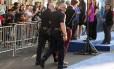 Homem que atacou Brad Pitt nesta quinta-feira é retirado do local onde ocorria a pré-estreia de 'Malévola'