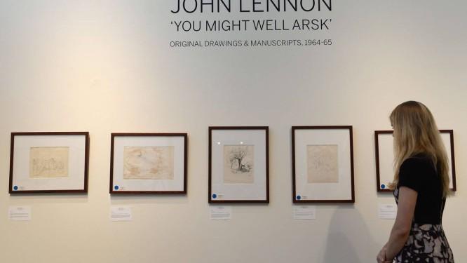 Desenhos e manuscritos originais de John Lennon, em emposição na casa de leilões Sotheby's, em Nova York Foto: EMMANUEL DUNAND / AFP