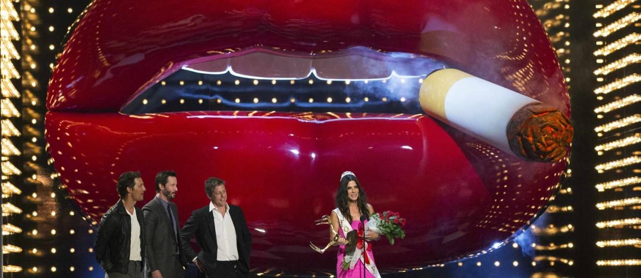 Sandra Bullock recebe o prêmio 'Decade of Hotness', ao lado dos atores Matthew McConaughey, Keanu Reeves e Hugh Grant Foto: MARIO ANZUONI / REUTERS