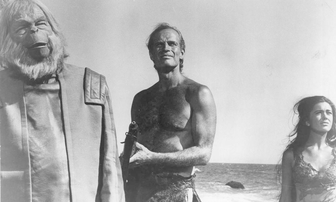 'Planeta dos macacos' ganha sua primeira versão para o cinema em 1968, com direção de Franklin J. Schaffner e Charlton Heston no papel principal (Taylor). Kim Hunter e Roddy McDowall interpretavam os macacos Zira e Cornélius. O filme foi indicado a dois Oscars. Foto: Reprodução