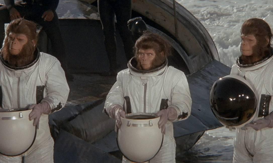 Em 1971, Don Taylor dirigiu mais uma sequência da série. Cornélius e Zira fogem de seu planeta a bordo da antiga nave de Taylor. Há uma pane nos controles e eles vão parar no ano de 1973. Descobertos por humanos, eles se tornam a sensação. Até que... passam a ser vistos como uma ameaça. Zira está grávida. Foto: Reprodução