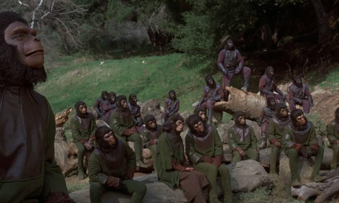 'A batalha pelo planeta dos macacos': Após anos com os macos dominando a Terra, Caesar quer que eles e os humanos, enfim, vivam em paz. Mas nem todos pensam assim, dos dois lados. A história se passa em 2001, dez anos após o filme anterior. J. Lee Thompson é novamente o diretor. O cenário é de um planeta devastado, com resquícios de civilização. Foto: Reprodução
