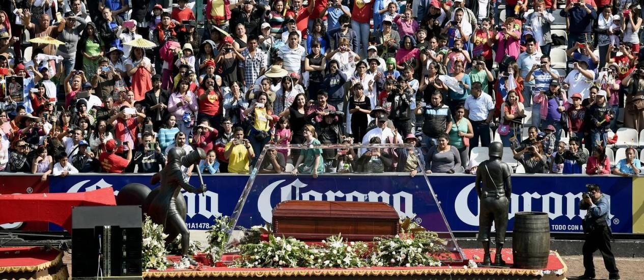 Caixão com o corpo de comediante mexicano Roberto Bolaños é observado pelo público no estádio Azteca Foto: ALFREDO ESTRELLA / AFP