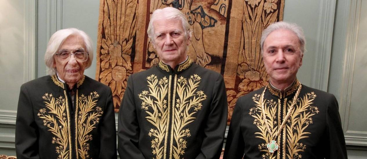 Ferreira Gullar (à esquerda) toma posse na ABL com o presidente Geraldo Holanda Cavalcanti (centro) e Antônio Carlos Secchin Foto: Fernando Quevedo / Agência O Globo