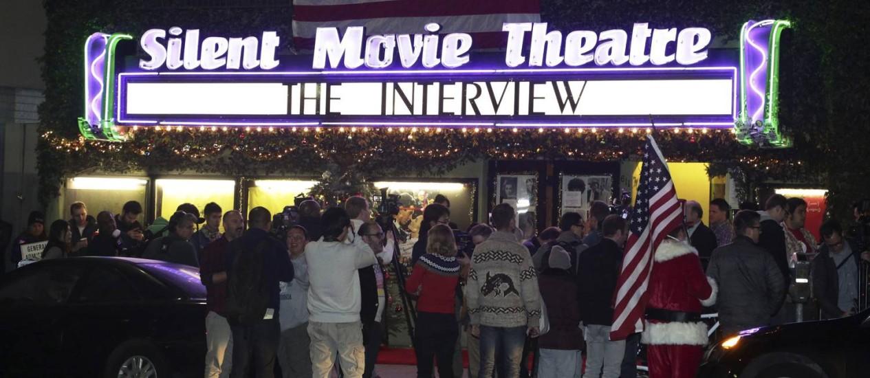 Fãs fazem fila para assistir à sessão de meia-noite de 'A entrevista', no cinema Silent Movie Theatre, em Los Angeles Foto: JONATHAN ALCORN / REUTERS