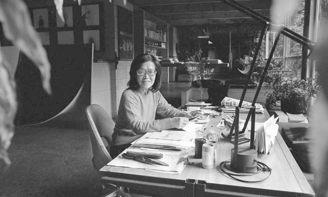 Tomie Ohtake em sua casa-ateliê de São Paulo, em 1983 Foto Silvio Correa