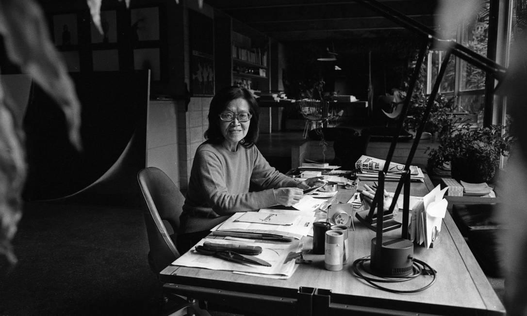 Tomie Ohtake em sua casa-ateliê de São Paulo, em 1983 Foto: Foto Silvio Correa