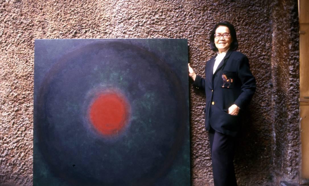 Tomie Ohtake posa ao lado de uma de suas obras P.R. Fonseca