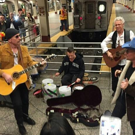 U2 faz show surpresa no metrô de NY Foto: wmmccarrick / Reprodução Instagram