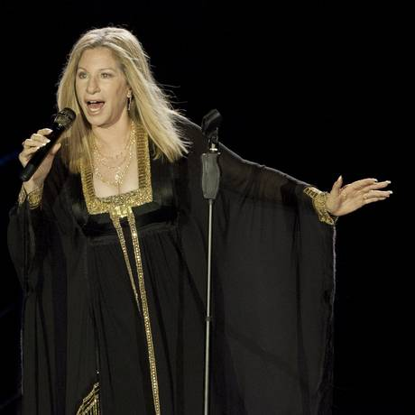 Barbra Streisand vai registrar memórias da carreira em livro Foto: Dan Balilty / AP
