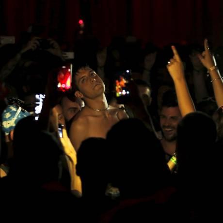 Arca se apresenta rodeado de fãs no Sónar Foto: GUSTAU NACARINO / REUTERS