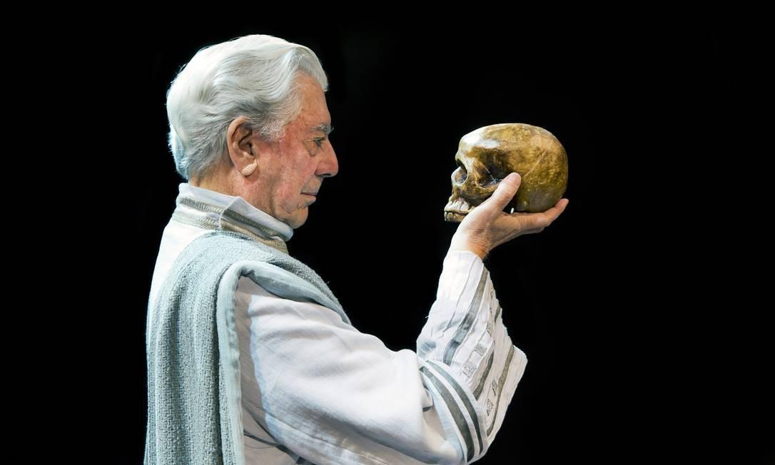 Nobel de Literatura de 2010, Mario Vargas Llosa é retratado pelo 'fotógrafo dos escritores' como Hamlet, da obra de Shakespeare Foto: Daniel Mordzinski