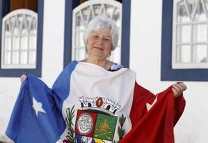 Geisa Ramiro, professora aposentada, tem duas placas com suas lembranças na cidade Foto: Gustavo Stephan / Agência O Globo