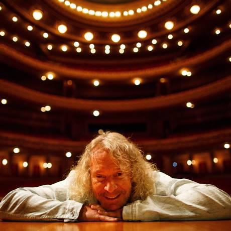 Músico posa para foto no Municipal onde se apresenta ao lado de orquestra sinfônica Foto: Daniel Marenco / Agência O Globo