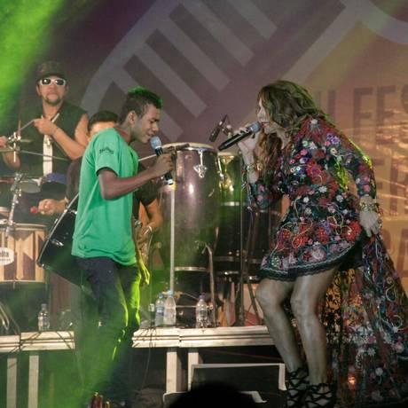 Elba Ramalho se divertiu em dueto com fã que subiu ao palco: ela fez questão de homenagear os sanfoneiros de sua vida Foto: Divulgação/ Ivan CRuz
