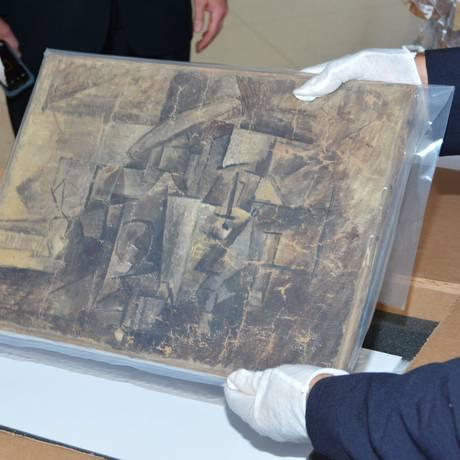 Autoridades exibem o quadro 'La Coiffeuse', de Picasso, na embaixada francesa em Washington Foto: FRENCH EMBASSY-FRENCH CUSTOMS / AFP