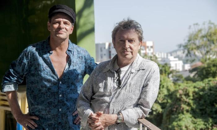 Andy Summers, ex-The Police, e Rodrigo Santos (camisa azul) Foto: Adriana Lorete / Agência O Globo